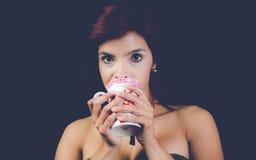 Τσάι κατανάλωσης Brunnet στοκ εικόνες