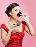 τσάι κοριτσιών φλυτζανιών Στοκ φωτογραφία με δικαίωμα ελεύθερης χρήσης