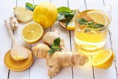 Τσάι, λεμόνι, πιπερόριζα, μέλι και μέντα στους λευκούς πίνακες Στοκ Φωτογραφία