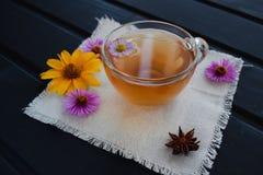 Τσάι λουλουδιών σε ένα διαφανές φλυτζάνι γυαλιού στο μαύρο πίνακα Θεραπεύοντας τσάι στοκ φωτογραφία με δικαίωμα ελεύθερης χρήσης
