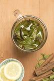 Τσάι μεντών με τις φέτες λεμονιών και τα ραβδιά κανέλας Στοκ φωτογραφία με δικαίωμα ελεύθερης χρήσης