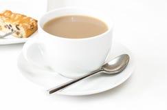 Τσάι με μια φέτα του κέικ καρπού στοκ εικόνα