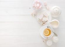 Τσάι με τα γλυκά, χρώματα κρητιδογραφιών, διάστημα για το κείμενο Στοκ εικόνες με δικαίωμα ελεύθερης χρήσης