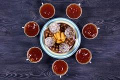 Τσάι με τα γλυκά στοκ φωτογραφίες
