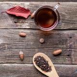 Τσάι με τα καρυκεύματα σε ένα ξύλινο υπόβαθρο στοκ φωτογραφία με δικαίωμα ελεύθερης χρήσης