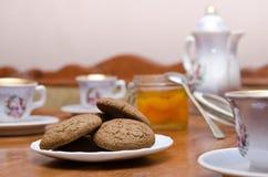 Τσάι με τα μπισκότα και τη μαρμελάδα Στοκ φωτογραφία με δικαίωμα ελεύθερης χρήσης