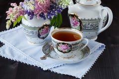 Τσάι με τα λουλούδια κήπων Στοκ Φωτογραφίες