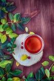 Τσάι με τα φρούτα και τα χορτάρια σε μια διαφανή κούπα γυαλιού Στοκ φωτογραφία με δικαίωμα ελεύθερης χρήσης