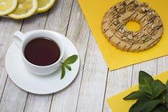 Τσάι με τη μέντα και τις πίτες Στοκ εικόνα με δικαίωμα ελεύθερης χρήσης