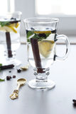 Τσάι με τη μέντα, την κανέλα και το λεμόνι Στοκ Φωτογραφία