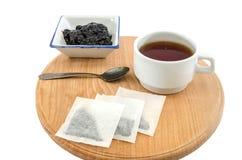 Τσάι με τη μαρμελάδα σε ένα άσπρο υπόβαθρο E στοκ φωτογραφία