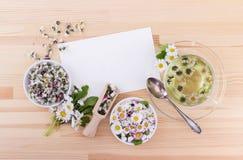 Τσάι με τις μαργαρίτες Στοκ φωτογραφία με δικαίωμα ελεύθερης χρήσης