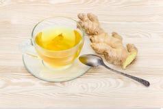 Τσάι με τις φέτες πιπεροριζών στο φλυτζάνι γυαλιού και τη ρίζα πιπεροριζών Στοκ φωτογραφίες με δικαίωμα ελεύθερης χρήσης