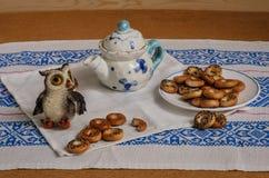 Τσάι με τους στεγνωτήρες παπαρουνών, κουκουβάγια παιχνιδιών Στοκ Εικόνες