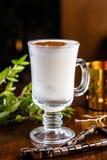 Τσάι με το γάλα και κανέλα σε ένα φλυτζάνι γυαλιού Στοκ φωτογραφία με δικαίωμα ελεύθερης χρήσης