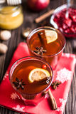 Τσάι με το λεμόνι και μέλι στο ξύλινο υπόβαθρο Στοκ Εικόνα