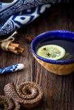 Τσάι με το λεμόνι και τα αρωματικά καρυκεύματα Στοκ εικόνα με δικαίωμα ελεύθερης χρήσης