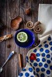 Τσάι με το λεμόνι και τα αρωματικά καρυκεύματα Στοκ φωτογραφίες με δικαίωμα ελεύθερης χρήσης