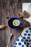 Τσάι με το λεμόνι και τα αρωματικά καρυκεύματα Στοκ Φωτογραφίες