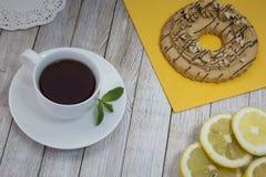 Τσάι με το λεμόνι και τις πίτες Στοκ φωτογραφία με δικαίωμα ελεύθερης χρήσης