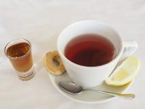 Τσάι με το λεμόνι και το ρούμι Στοκ εικόνες με δικαίωμα ελεύθερης χρήσης
