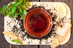 Τσάι με το λεμόνι, πιπερόριζα, κανέλα στοκ φωτογραφίες