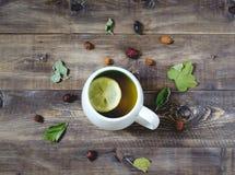 Τσάι με το λεμόνι στο ξύλινο υπόβαθρο Τοπ όψη Στοκ Φωτογραφίες