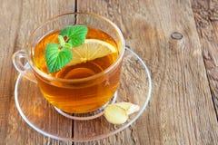 Τσάι με το λεμόνι, την πιπερόριζα και τη μέντα στοκ φωτογραφία