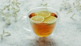 Τσάι με το λεμόνι στο φλυτζάνι απόθεμα βίντεο