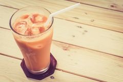 Τσάι πάγου γάλακτος στον ξύλινο πίνακα Στοκ Φωτογραφίες