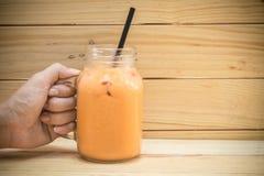 Τσάι πάγου γάλακτος στο ξύλινο υπόβαθρο Στοκ Φωτογραφίες