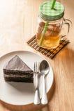 Τσάι πάγου και κέικ σοκολάτας στον πίνακα Στοκ Φωτογραφία