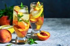Τσάι πάγου με το ροδάκινο και το λεμόνι Κρύο ποτό στοκ φωτογραφίες με δικαίωμα ελεύθερης χρήσης