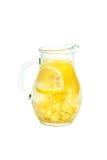 Τσάι πιπεροριζών με το λεμόνι, τη ρίζα πιπεροριζών και τη μέντα στο άσπρο υπόβαθρο Στοκ φωτογραφία με δικαίωμα ελεύθερης χρήσης