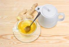 Τσάι πιπεροριζών στο φλυτζάνι γυαλιού, τη φρέσκα ρίζα πιπεροριζών και teapot Στοκ εικόνες με δικαίωμα ελεύθερης χρήσης