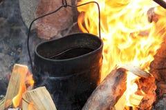 Τσάι, που μαγειρεύεται στην πυρκαγιά στοκ εικόνα