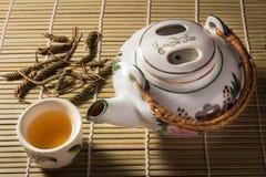 Τσάι που τίθεται με τα φύλλα στο χαλί μπαμπού Στοκ φωτογραφίες με δικαίωμα ελεύθερης χρήσης