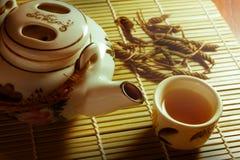 Τσάι που τίθεται με τα φύλλα στο χαλί μπαμπού Στοκ εικόνα με δικαίωμα ελεύθερης χρήσης