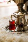 Τσάι που τίθεται στο ασιατικό ύφος διαμορφωμένο στο αχλάδι γυαλί με την εκλεκτής ποιότητας κατσαρόλα και τα φρούτα ημερομηνιών Στοκ Εικόνα