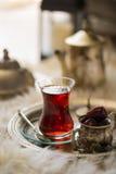 Τσάι που τίθεται στο ασιατικό ύφος διαμορφωμένο στο αχλάδι γυαλί με την εκλεκτής ποιότητας κατσαρόλα και τα φρούτα ημερομηνιών Στοκ Εικόνες