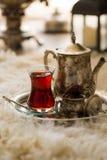 Τσάι που τίθεται στο ασιατικό ύφος διαμορφωμένο στο αχλάδι γυαλί με την εκλεκτής ποιότητας κατσαρόλα και τα φρούτα ημερομηνιών Στοκ φωτογραφίες με δικαίωμα ελεύθερης χρήσης