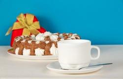 Τσάι-πράγματα, δώρο και πίτα στο άσπρο ύφασμα Στοκ εικόνα με δικαίωμα ελεύθερης χρήσης