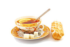 Τσάι προγευμάτων με το λεμόνι και ECLAIR Στοκ εικόνες με δικαίωμα ελεύθερης χρήσης