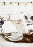 Τσάι προγευμάτων στο πρωί Χριστουγέννων Στοκ Φωτογραφίες