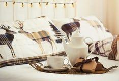 Τσάι προγευμάτων στο πρωί Χριστουγέννων Στοκ φωτογραφίες με δικαίωμα ελεύθερης χρήσης