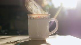 Τσάι πρωινού Ο ατμός εξατμίζει σε σε αργή κίνηση απόθεμα βίντεο