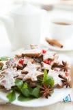 Τσάι πρωινού Χριστουγέννων με τα μπισκότα Στοκ φωτογραφία με δικαίωμα ελεύθερης χρήσης