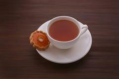 Τσάι σε ένα άσπρο φλυτζάνι και τα μπισκότα Στοκ Εικόνες