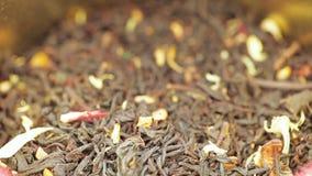 Τσάι σε ένα βάζο σιδήρου με ένα καπάκι απόθεμα βίντεο