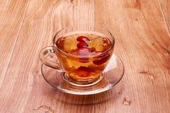 Τσάι σε ένα γυαλί με τα μούρα Στοκ φωτογραφία με δικαίωμα ελεύθερης χρήσης